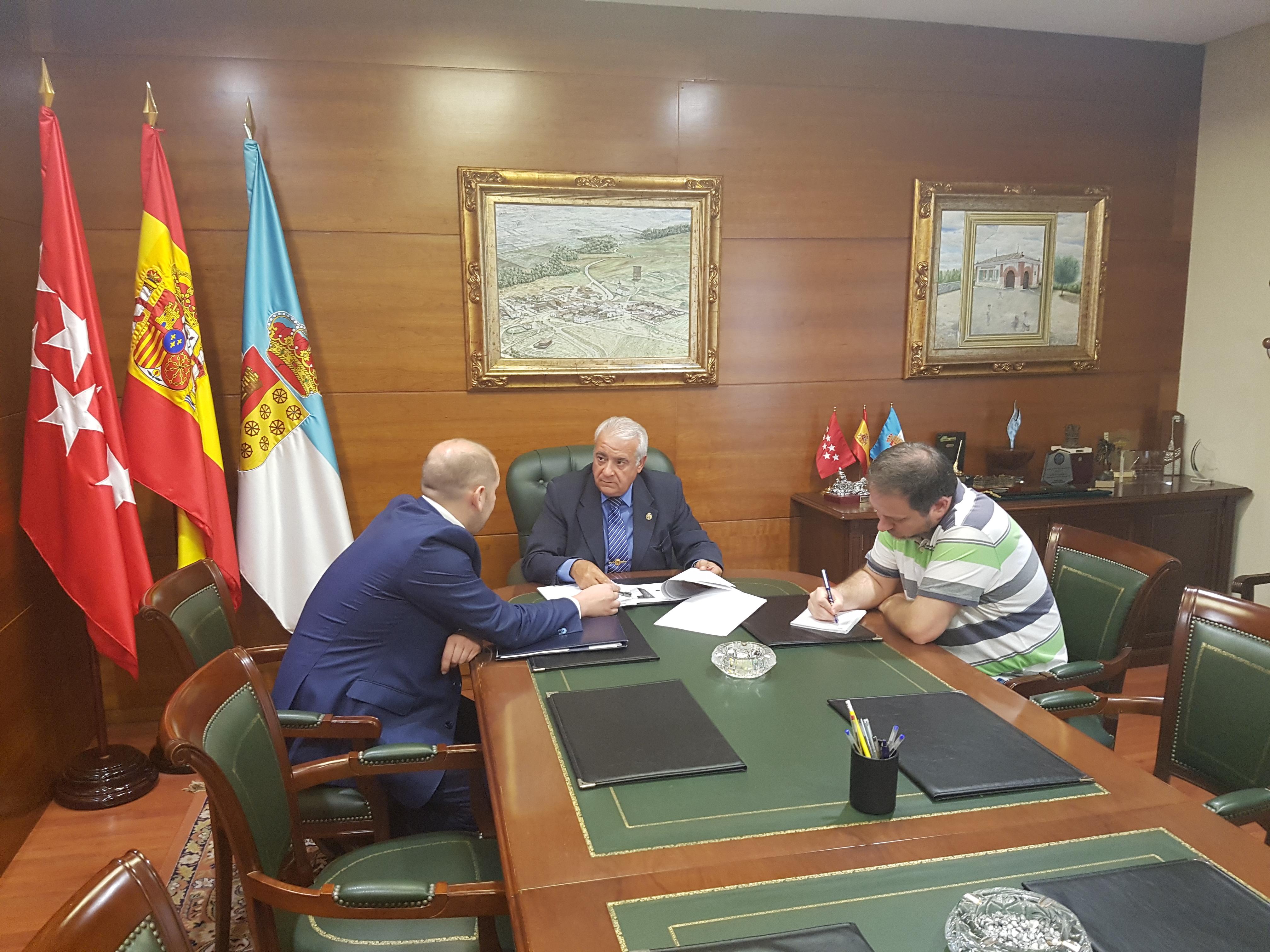 El Alcalde, D. Carlos Ruipérez, junto al Concejal de Comunicación, D. José Manuel Artés, y el represetante de Correos, durante la firma del acuerdo.