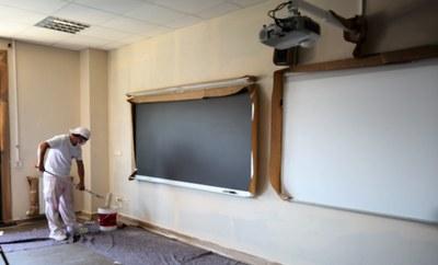 Los trabajos afectan a las pistas deportivas externas, además de al pintado de aulas y pasillos, entre otros