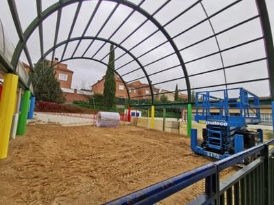 Estas actuaciones permitirán renovar y actualizar el patio del centro, haciéndolo más seguro para los menores.