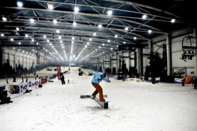 Gracias al convenio entre SnowZone Madrid Xanadú y la Concejalía de Deportes de Arroyomolinos se habilitan clases de esquí y snow.