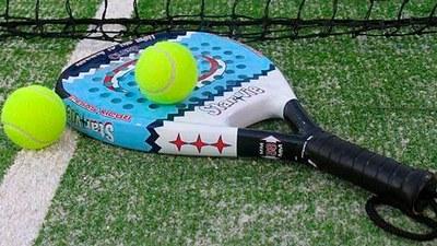 Los deportes de raqueta levantan pasiones y cuentan con un importante número de aficionados en Arroyomolinos. Este verano el Ayuntamiento de Arroyomolinos organiza cursos intensivos de pádel y tenis.