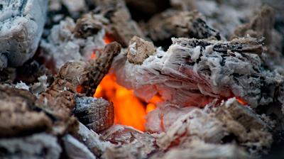 Se han producido ya varios conatos de incendios por depositar cenizas, todavía calientes, en los contenedores.