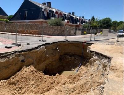 Una fuga de agua en la red de alcantarillado, origen del socavón del cruce de las calles Sierra Guadarrama con Sierra de Cazorla