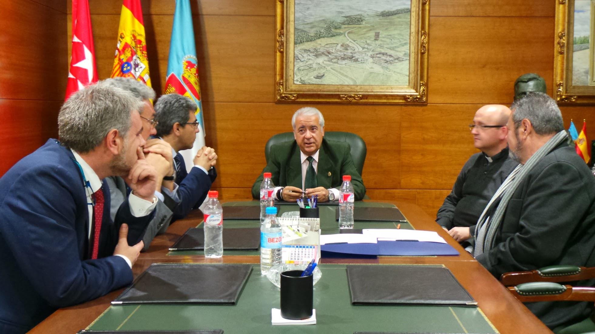 Firma acuerdo con Cáritas Parroquial en Ayuntamiento de Arroyomolinos